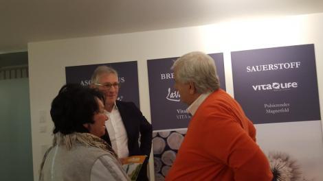 Dr. Kinast mit Herta und Willi Ehrlich (Sportalm Inhaber)